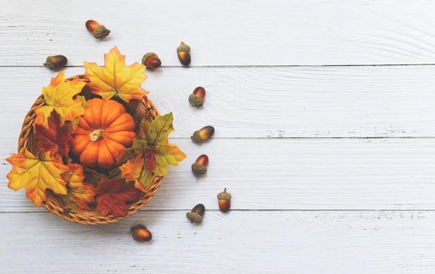 Cadre De Thanksgiving Décoration De Feuilles D'automne Festive En Bois, Cadre De Table Automne Avec Citrouilles Sur Panier En Bois Photo Premium