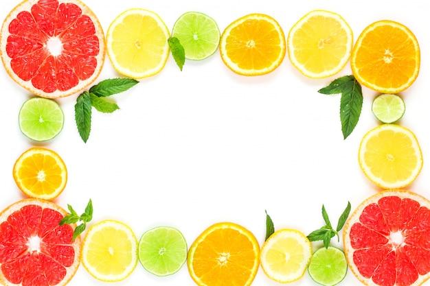 Cadre avec tranche d'oranges, citrons, limes, pamplemousse et menthe modèle sur blanc Photo Premium