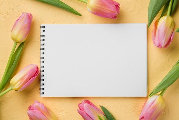 Cadre De Tulipes à Côté De L'ordinateur Portable Photo gratuit
