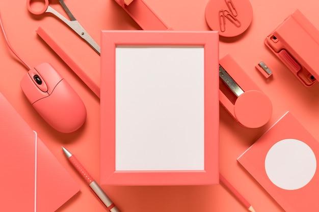 Cadre Vide Et Fournitures De Bureau Sur Une Surface Colorée Photo gratuit