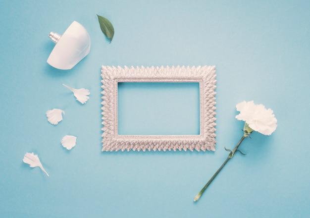 Cadre vierge avec fleur blanche et parfum Photo gratuit