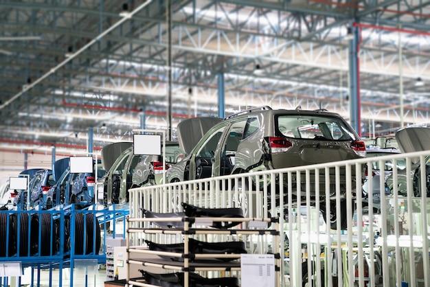 Cadre de voiture avec assemblage non fini dans la chaîne de production de l'entreprise automobile Photo Premium