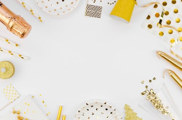 Cadre de vue de dessus avec accessoires de nouvelle année et champagne Photo gratuit