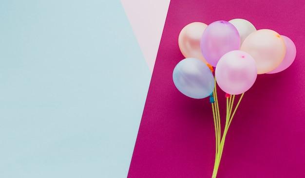 Cadre De Vue De Dessus Avec Ballons Et Fond Rose Photo gratuit