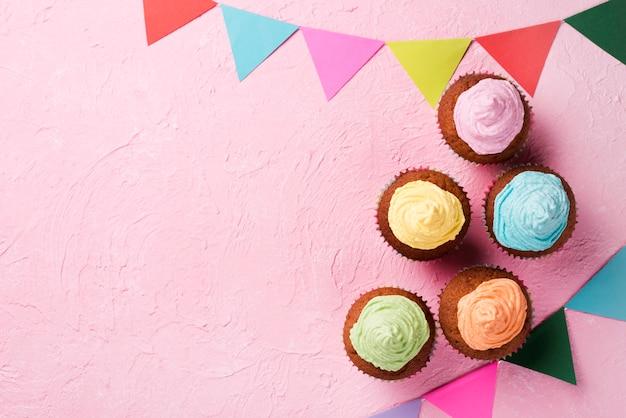 Cadre Vue De Dessus Avec De Délicieux Muffins Glacés Photo gratuit