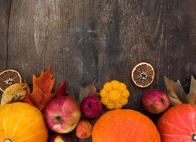 Cadre de vue de dessus avec des fruits d'automne sur fond en bois Photo gratuit