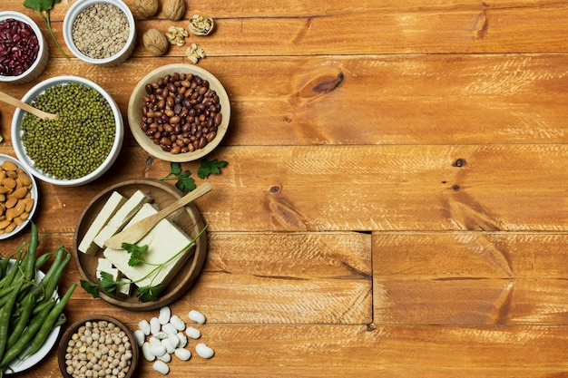 Cadre de vue de dessus avec des grains sur fond en bois Photo gratuit