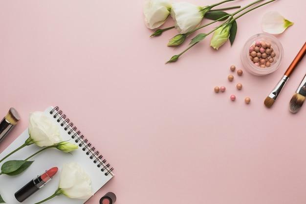 Cadre De Vue De Dessus Avec Des Produits De Maquillage Et Des Fleurs Photo gratuit