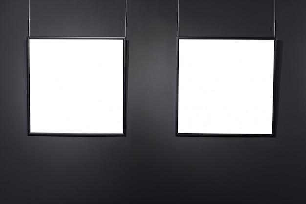 Cadres Carrés Vides Sur Le Mur De Briques Noires. Affiches D'espace Vide Ou Cadre D'art En Attente D'être Rempli. Fond De Cadre Noir Carré Photo Premium