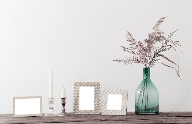 Cadres Et Fleurs Séchées Dans Un Vase Sur Une Vieille étagère En Bois Photo Premium