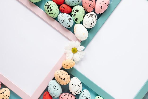 Cadres Avec Des Oeufs Peints Pour Pâques Photo gratuit