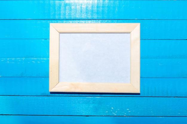 Cadres photo sur le fond de mur en bois Photo Premium