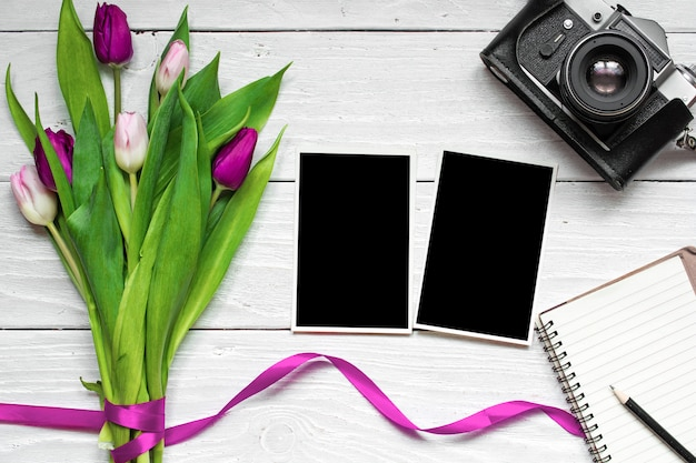 Cadres Photo Vierges, Appareil Photo Rétro Vintage Et Fleur De Tulipe Pourpre Photo Premium