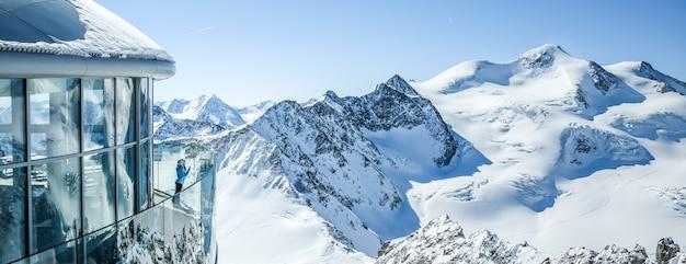 Café 3440 sur le glacier de pitztal. le plus haut café autrichien au sommet de la montagne au tyrol. Photo Premium
