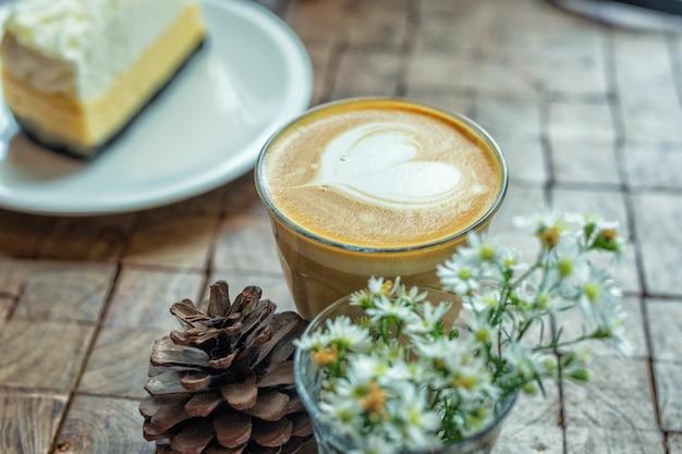 Le café d'art au lait chaud avec gâteau Photo Premium