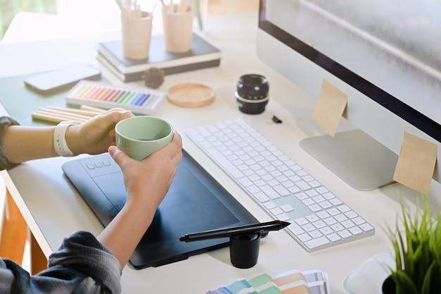 Café d'artiste à l'espace de travail créatif Photo Premium