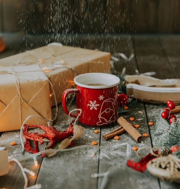 Café au lait et cadeaux sous poudre blanche Photo gratuit