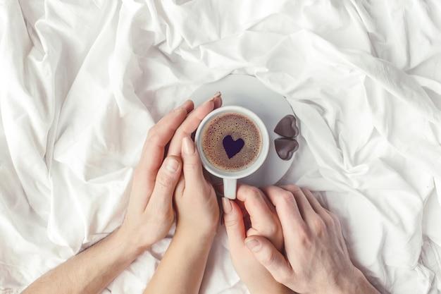 Café au lit. mise au point sélective. boisson d'amour. Photo Premium