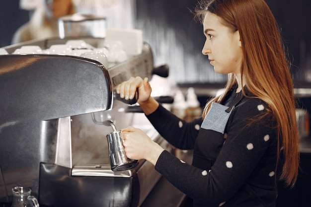 Café Barista Faisant Concept De Service De Préparation De Café Photo gratuit