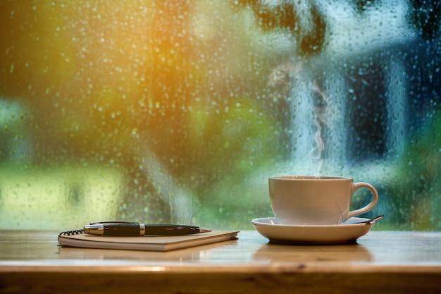 Café et cahier au matin. Photo Premium