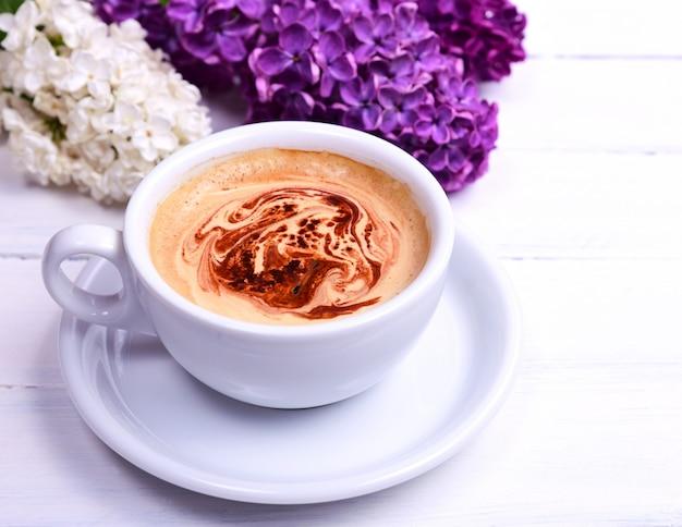 Café cappuccino dans une tasse blanche Photo Premium