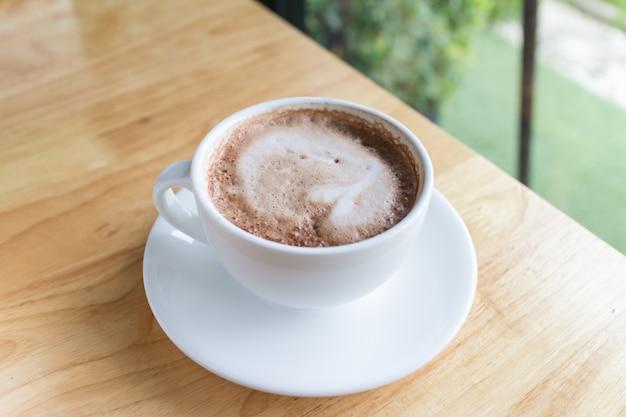 Café chaud moka au lait mousseux dans un café de campagne Photo Premium