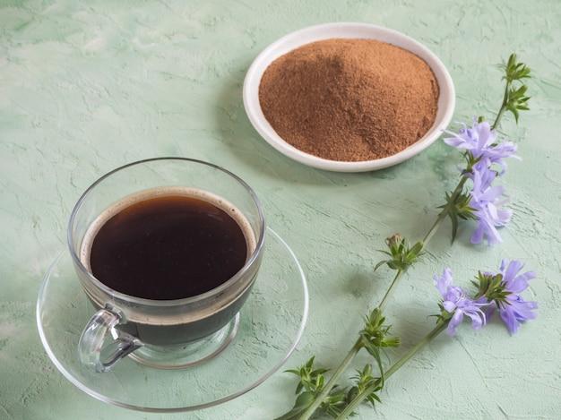 Café Chicorée. Un Substitut Au Café Traditionnel, Une Boisson à Base De Plantes Issue Des Racines De La Chicorée Photo Premium
