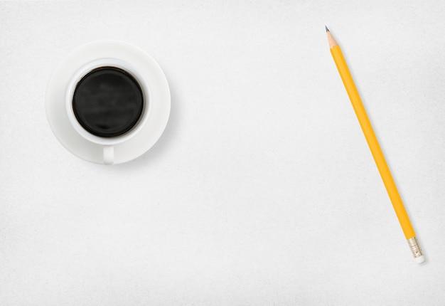 Café et crayon sur papier blanc. Photo Premium