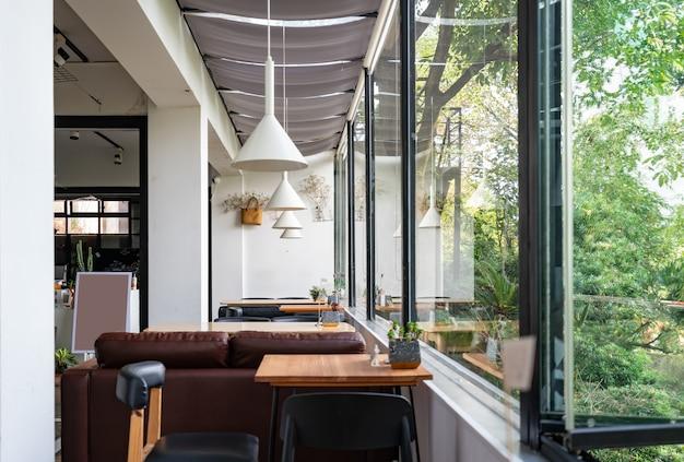 Le Café Dans Le Jardin Se Trouve Dans L'hôtel De Villégiature Photo Premium