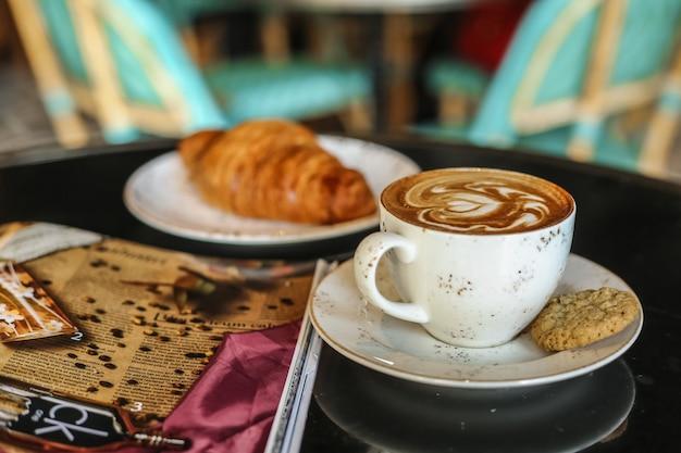 Café Dernier Avec Vue Côté Biscuits Croissant Photo gratuit