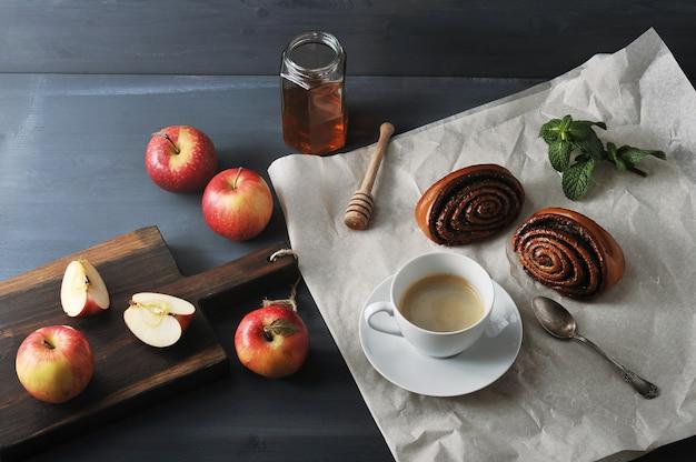 Café Du Matin Avec Café Et Petits Pains Aux Graines De Pavot, Pommes Et Miel Photo Premium