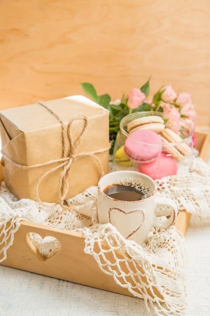 Café du matin avec des fleurs et des macarons. mather's day valentine 'concept. Photo Premium