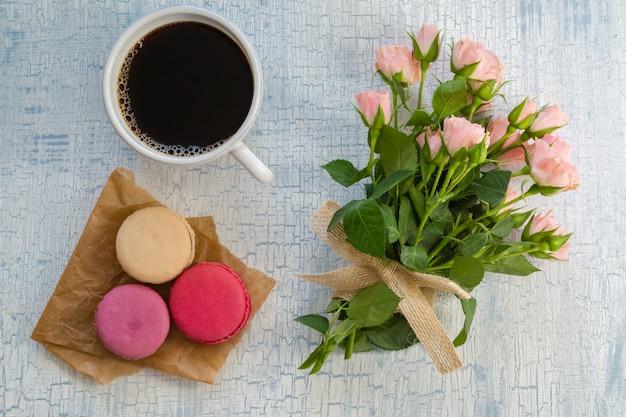 Café du matin, fleurs et macarons Photo Premium