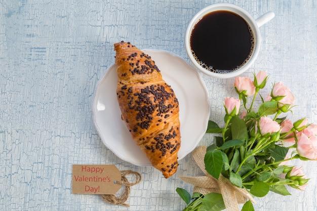 Café du matin et fleurs Photo Premium