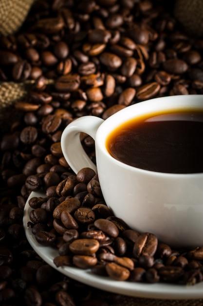 Café espresso et un morceau de gâteau avec une boucle. Photo Premium