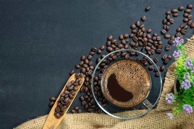 Café expresso dans une tasse en verre. Photo Premium