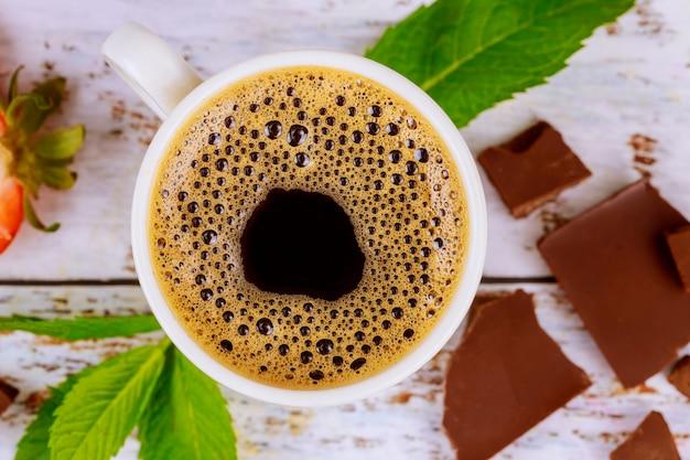 Café Expresso Avec Des Morceaux De Mousse, De Menthe Et De Chocolat Photo Premium
