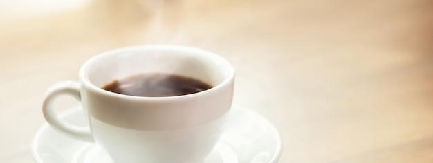 Café expresso noir chaud dans la tasse Photo Premium