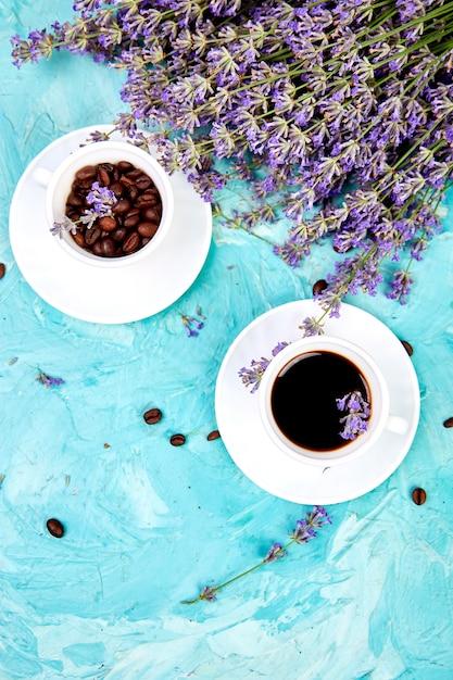 Café Et Fleur De Lavande Sur Fond Bleu D'en Haut. Photo Premium