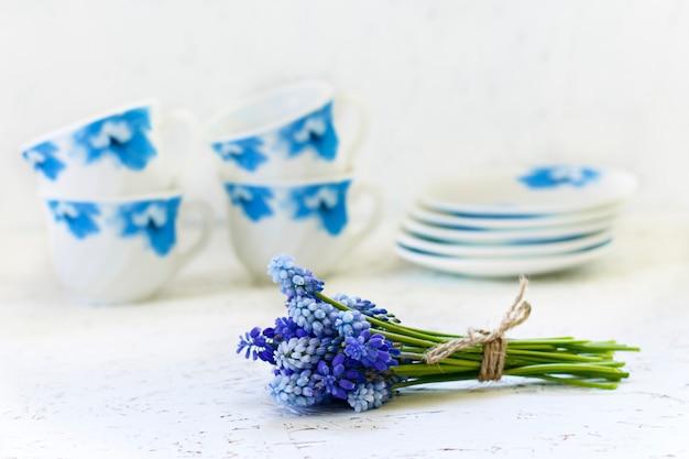 Café sur fond blanc et fleurs. printemps. matin. 8 mars. journée de la femme Photo Premium