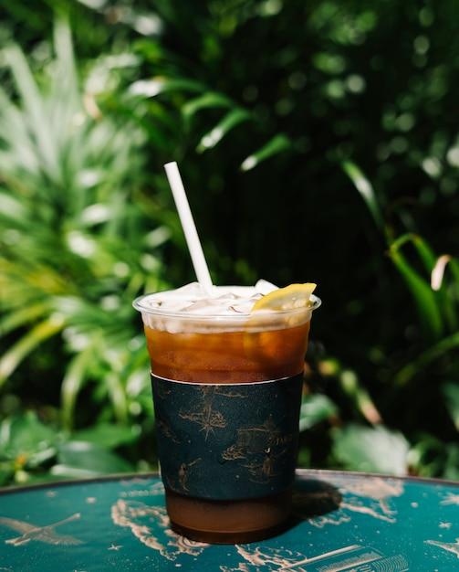 Café froid glacé au café au citron sur une table Photo gratuit