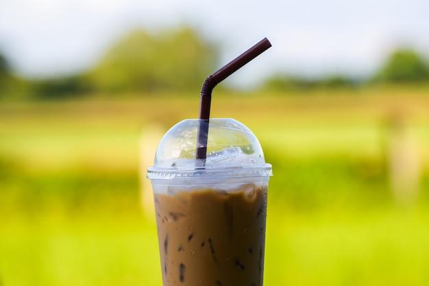 Café glacé avec arrière-plan flou Photo Premium