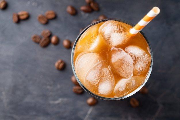 Café glacé dans un grand verre avec de la crème. Photo Premium