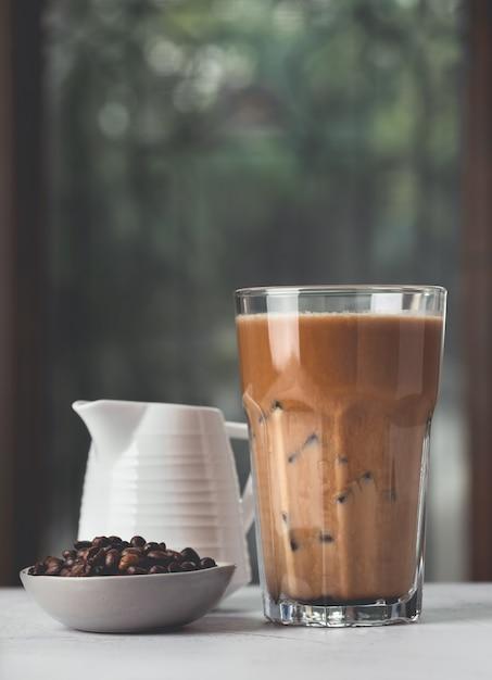 Café Glacé Avec Grains De Café Et Fond Naturel Photo Premium