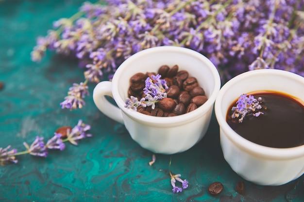 Café, Grain De Café Dans Des Tasses Et Fleur De Lavande Sur Fond Vert Photo Premium