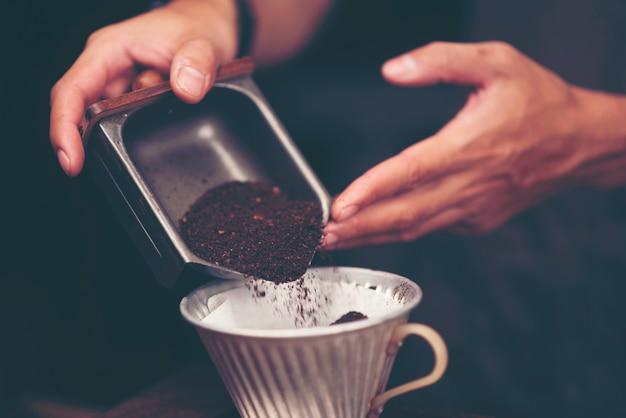 Café en grains pour le café au goutte à goutte, filtre vintage image Photo Premium
