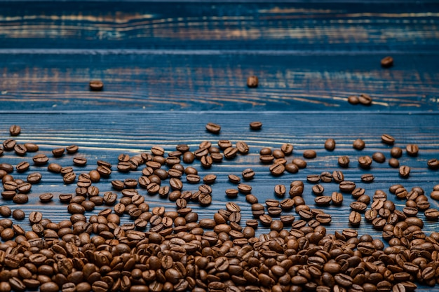 Café en gros plan sur une table en bois bleue Photo Premium