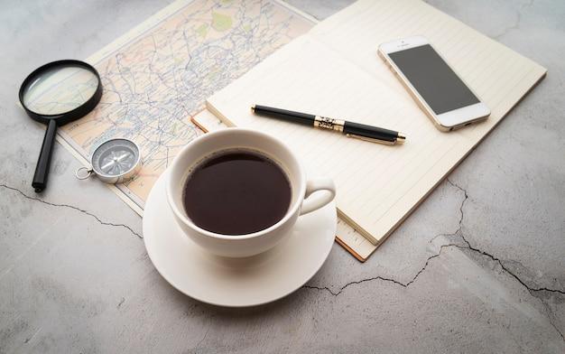 Café à haute vue et plans de voyage Photo gratuit