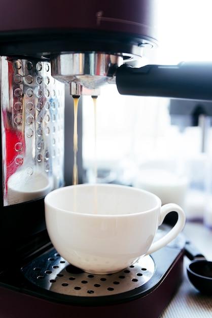 Café Infusion Avec Arrière-plan Flou Photo gratuit