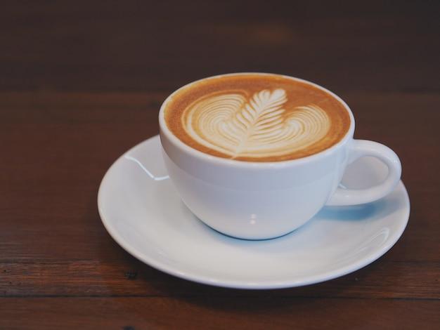 Café latte art dans un café avec espace de copie. Photo Premium